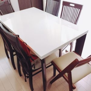 夫婦と子供4人がダイニングテーブルで食事…椅子はどうする?